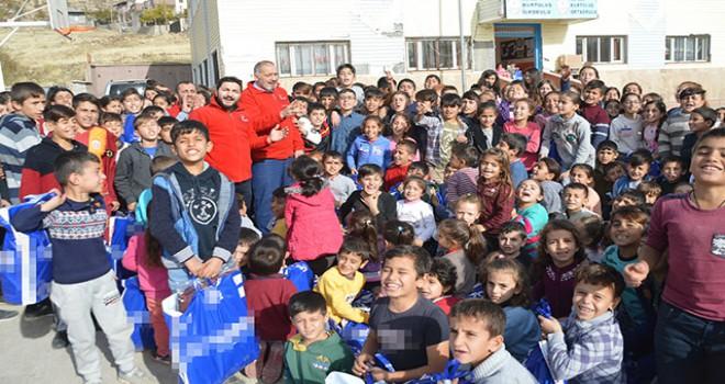 Kızılay'dan Şırnak'taki 350 öğrenciye giysi...