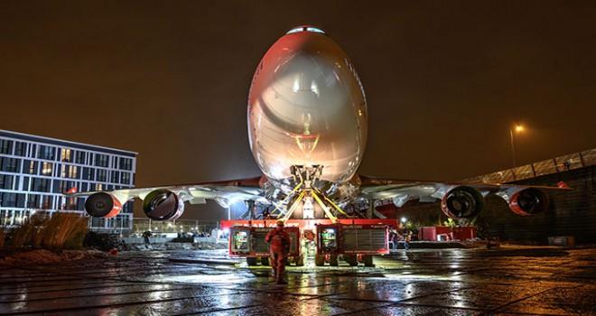 Hollanda'da Türk otelin bahçesine jumbo uçak konuşlandırıldı