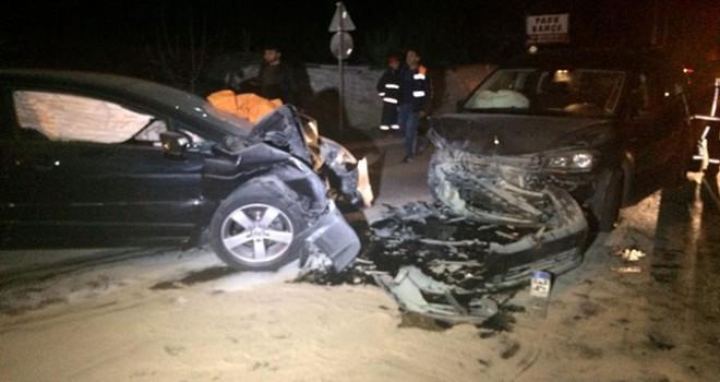 Beykoz'da iki otomobil kafa kafaya çarpıştı: 1...