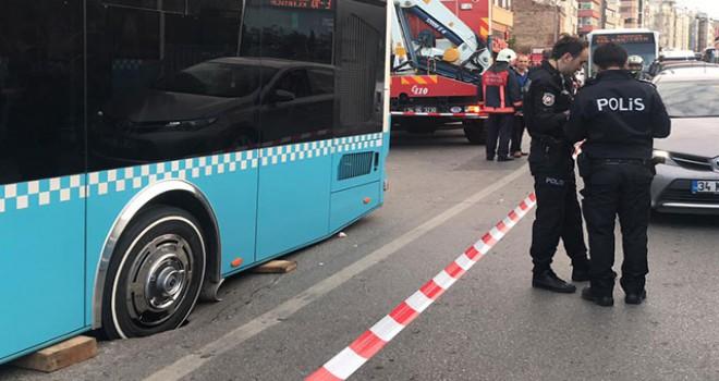 İstanbul'da yol çöktü, otobüs mahsur kaldı