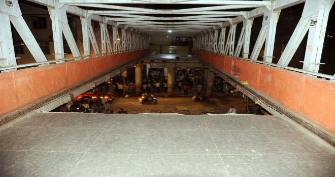Hindistan'da yaya üst geçidi çöktü: 1 ölü,...