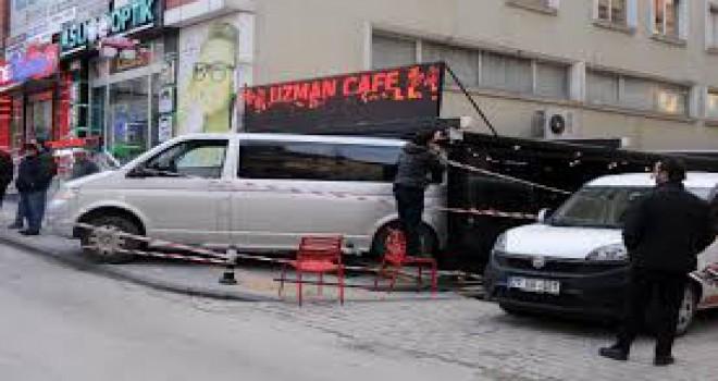 Yalova'da el freni tutmayan minibüs kafeye girdi