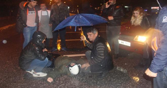 Yaralı kuryeye şemsiyeli koruma