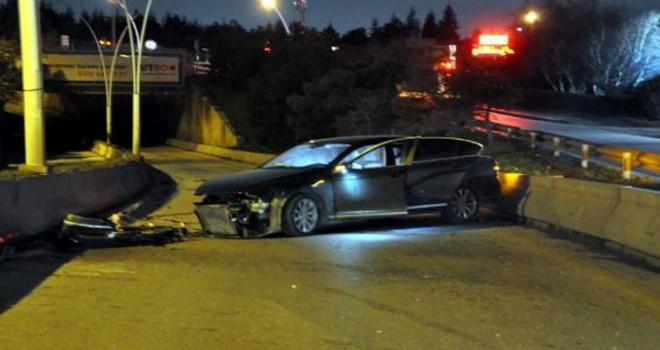 Lüks otomobil refüje çarptı, sürücüsü yaralandı