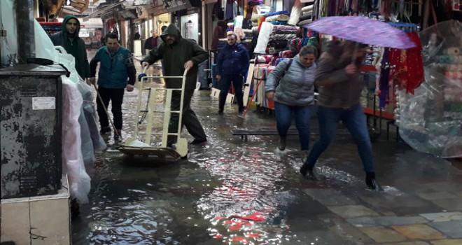 Ege'de şiddetli yağmur hayatı olumsuz etkiledi