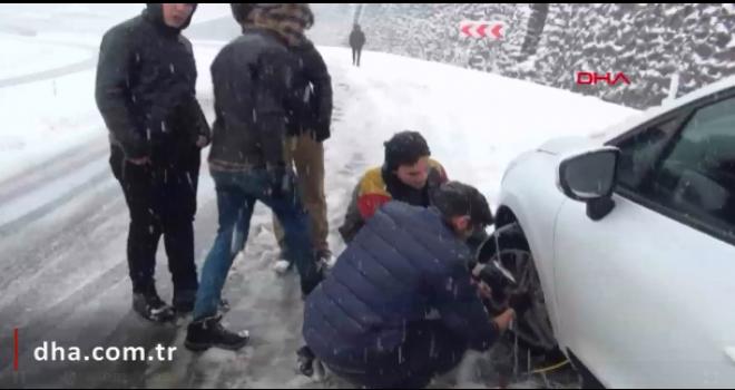 Yolda kalan turistlere gazeteciler yardım etti
