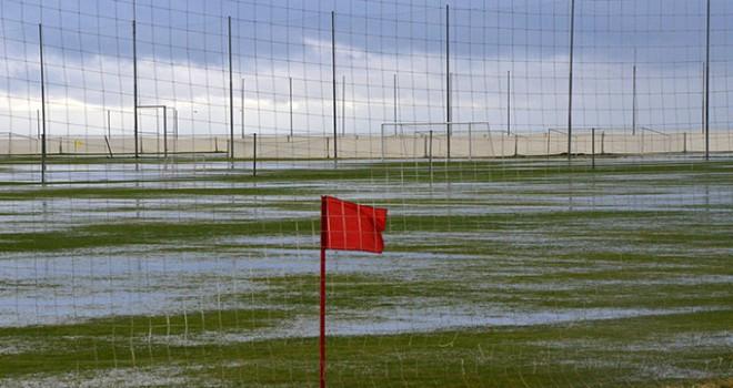 Futbol takımlarının kampı için Belek'te yağış...