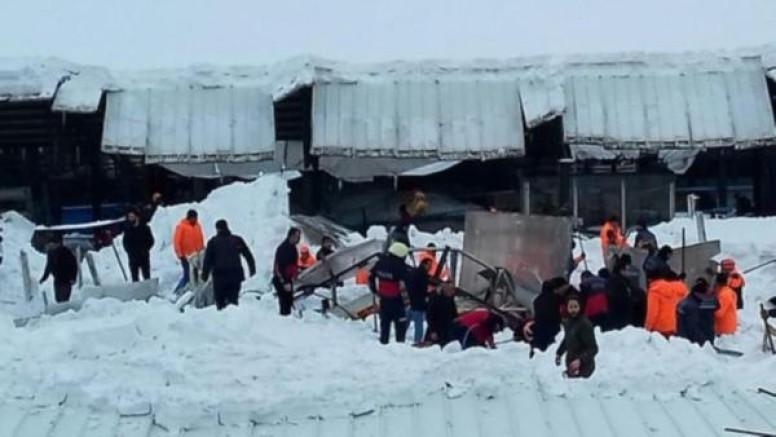 Ağrı'da pazar yerinin çatısı çöktü: Yaralılar var
