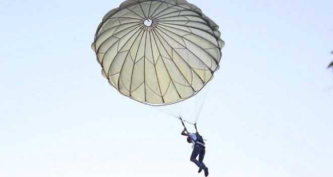 Paraşüt kulesinde adrenalin sürüyor