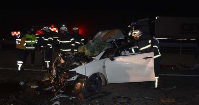 Kamyona çarpan otomobilde baba öldü, anne ile oğlu...