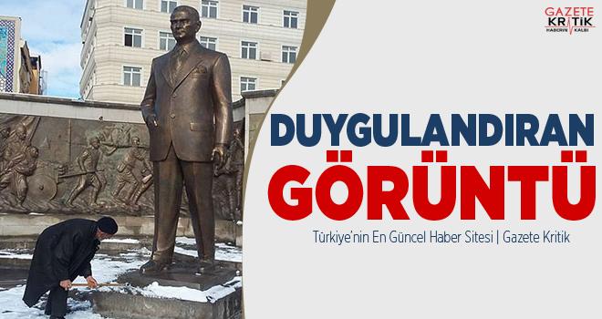 Atatürk Anıtı önünde biriken karları bastonuyla...