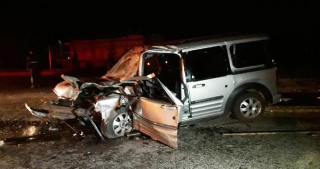 Hafif ticari araç kamyona çarptı: Baba öldü,...
