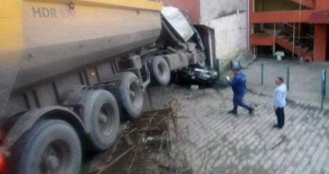 Zonguldak'ta freni boşalan TIR, ortalığı savaş...