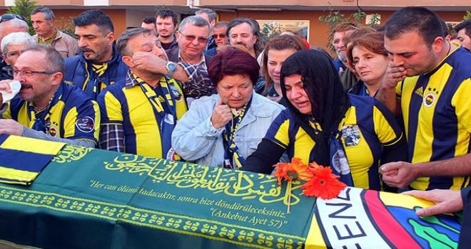 Fenerbahçe taraftarı Koray için evinin önünde...