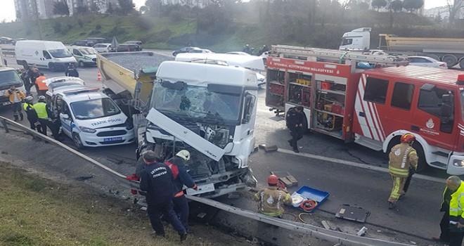 TEM'de hafriyat kamyonu polis aracına çarptı: 1...