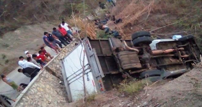 Meksika'da göçmenleri taşıyan kamyon kaza yaptı:...