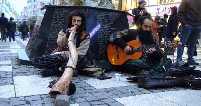 Didgeridoo'lu sokak müzisyenlerini görenler şaşırdı
