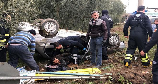 Otomobil takla attı; sıkışan 2 kişiyi itfaiye...