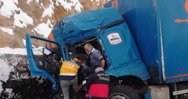 Kamyon ile TIR çarpıştı: 2 sürücü yaralı