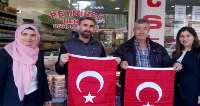 Balıkesir Esnafına 10 bin Türk bayrağı dağıtıldı