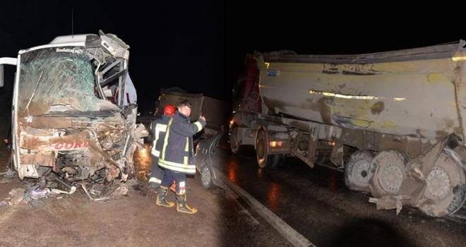 Yolcu otobüsü ve beton mikseri çarpıştı! Yaralı...