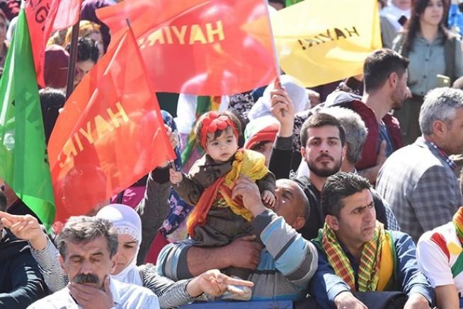 İzmir'de Newroz ateşi yakıldı