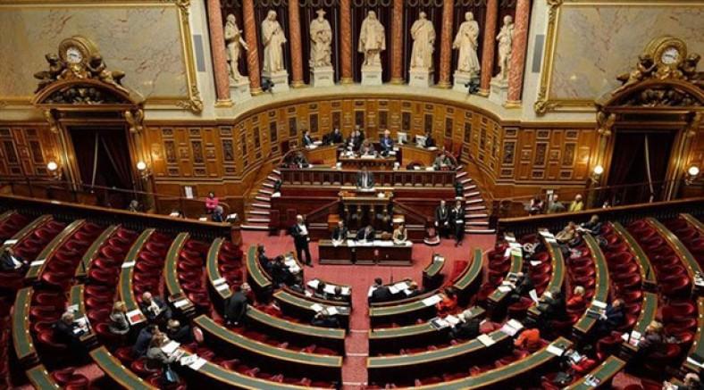 Polis Fransa parlamentosunu bastı