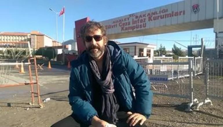 Tutuklu gazeteci Deniz Yücel'den mektup