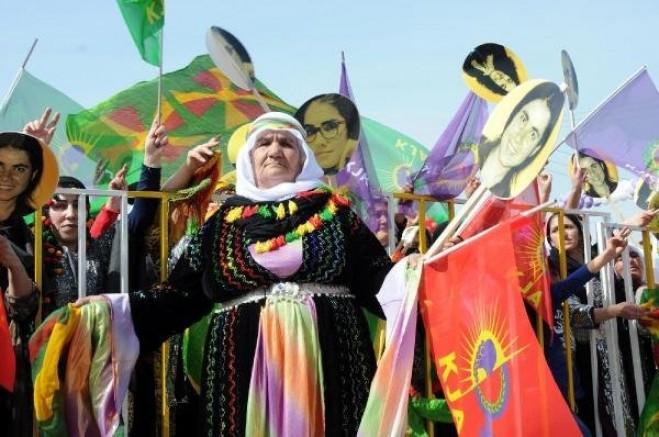 Van'da OHAL'e rağmen kadınlar sokağa çıktı